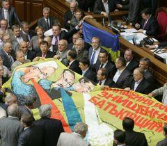 Опозиціонери під час блокування трибуни в залі засідань ВР. Київ, 24 травня