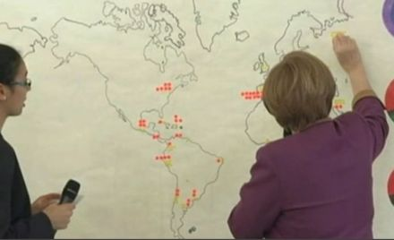 """Меркель ищет Берлин на контурной карте, кадр телеканала """"Россия 24"""""""