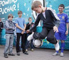 Участник показательных выступлений по футбольному фристайлу во Львове