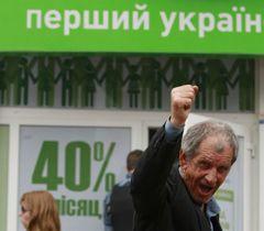 Мужчина возле офиса МММ-клуба Международной финансовой сети МММ в Киеве. 30 мая