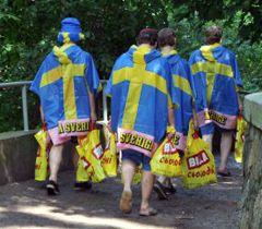 Шведские болельщики несут харчи в кемпинг на Трухановом острове