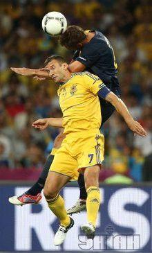 Шевченко ведет борьбу за мяч перед воротами