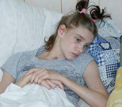 Попова чувствует себя нормально и уже сама встает с кровати