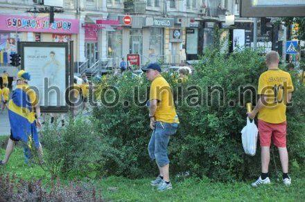 Фанати справляють потреби на вулиці в Києві