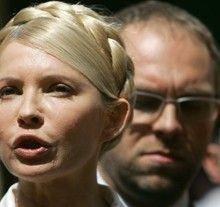 Юлія Тимошенко та Сергій Власенко відповідають на запитання журналістів під час перерви у засіданні Печерського суду