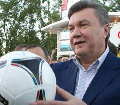 Victor Yanukovych speaking to fans