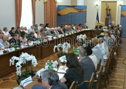 Учасники першого засідання Конституційної асамблеї в Києві, в середу, 20 червня 2012 р.