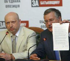 Александр Турчинов и Анатолий Гриценко во время брифинга в Киеве