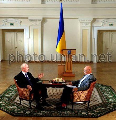 Российский тележурналист Владимир Познер и премьер-министр Украины Николай Азаров в Киеве, 22 июня 2012 г.