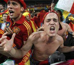 Вболівальники збірної Іспанії під час матчу 1/4 фіналу  Євро-2012 між збірними Іспанії і Франції. Донецьк, 23 червня