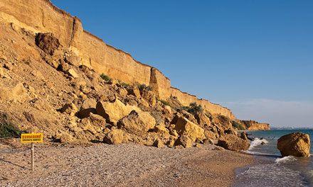 Граждане отдыхали на окруженном скалами диком пляже
