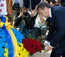 Виктор Янукович возложил цветы к памятникам