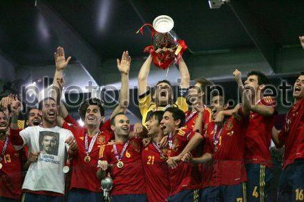 Сборная Испании празднует победу на киевском стадионе