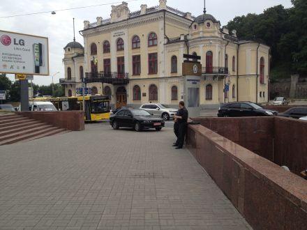 Украинский дом окружили со всех сторон