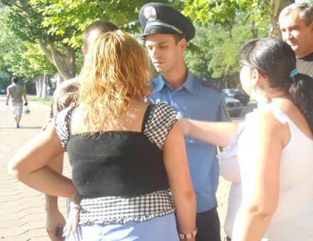 Милиционер, говорят в прокуратуре, случайно бросил камерой оземь, фото