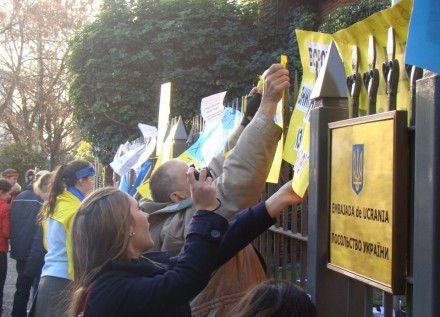 Люди прийшли під посольство. Фото Gustavo Dankowski