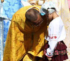 Девочка исповедуется священнику во время первой всеукраинской паломничестве в Галицкой чудотворной иконы в с.  Крилос