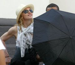 Американська співачка Мадонна влаштувала собі екскурсію святинями Києва. 3 серпня