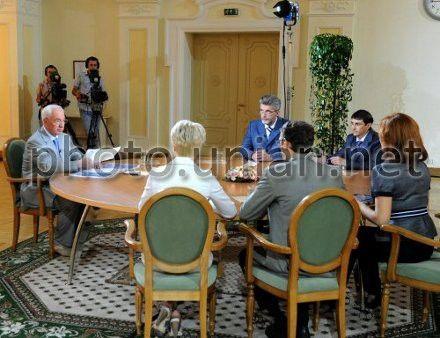 Премьер-министр Украины Николай Азаров отвечает на вопросы тележурналистов в Киеве, 3 августа 2012 г.
