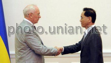 Премьер-министр Украины Николай Азаров и заместитель главы правления Банка развития Китая Ли Цзипин на встрече в Киеве 7 августа 2012 г.