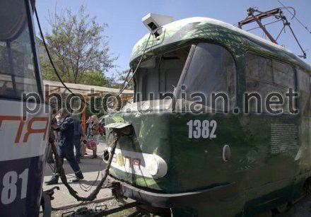 Трамвай, поврежденный взрывом в Днепропетровске 27 апреля