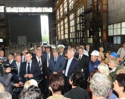 Премьер-министр Николай Азаров на Черноморском судостроительном заводе в Николаеве, 28 августа 2012