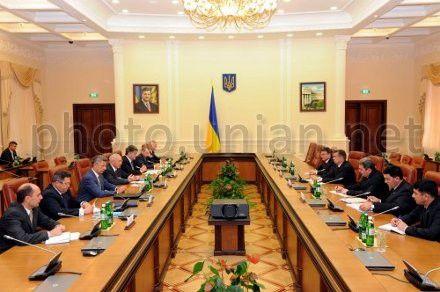 Вице-премьер-министр Туркменистана Баймурат Ходжамухамедов и премьер-министр Украины Николай Азаров во время встречи в Киеве, 5 сентября 2012 г.