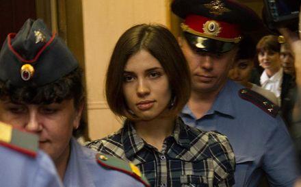 Фото http://ru.wikipedia.org. Надежда Толоконникова (Pussy Riot) в Таганском районном суде города Москвы. Фотография Денис Бочкаре