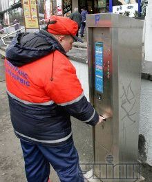 Парковщик оплачивает стоянку автомобиля через паркомат