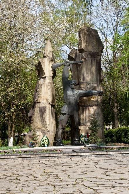 Памятник погибшим партизанам-ковпаковцам в Яремче