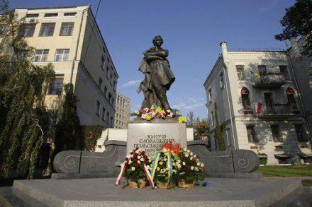 Памятник Юлиушу Словацкому в Киеве установлен рядом с Николаевским костелом