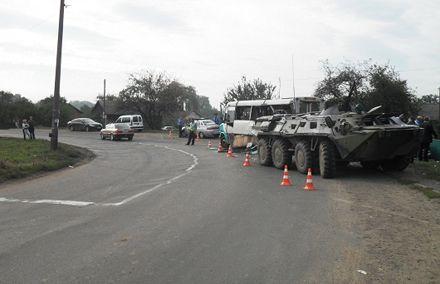 Миноборны говорит, что гражданский автобус не пропустил БТР, фото Тиждень