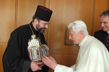 Глава УГКЦ подарил Папе Римскому от украинских паломников лампаду в виде собора Святой Софии в Риме, фото с сайта УКГЦ