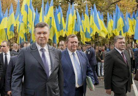 Виктор Янукович и глава Луганской облгосадминистрации Владимир Пристюк