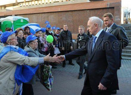 Николай Азаров приветствует жителей Харькова во время митинга Партии регионов