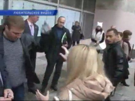 При попытке пройти на встречу с Азаровым в Броварах двум журналистам разбили мобильные телефоны