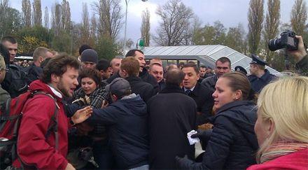 80 молодчиков напали на киевлян, которые шли жаловаться Азарову