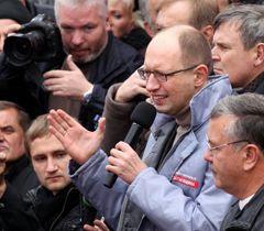 Яценюк вимагає оголосити переможців переможцями, а фальсифікаторів - засудити