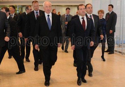 Азарову и Медведеву предстоит обсудить широкий спектр актуальных проблем