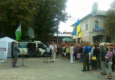 Борис Тарасюк представляет Ирину Купрейчик в Лебедине, фото с сайта Народного руха