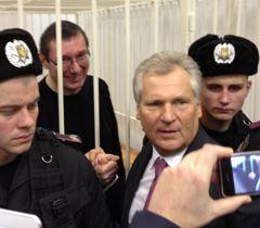 Александр Квасьневский и Юрий Луценко беседуют перед началом рассмотрения апелляционной жалобы Луценко