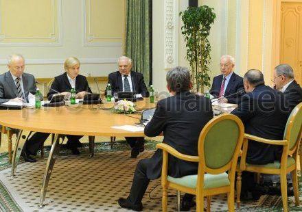 Учасники зустрічі прем`єр-міністра Миколи Азарова з експертами в сфері охорони здоров`я
