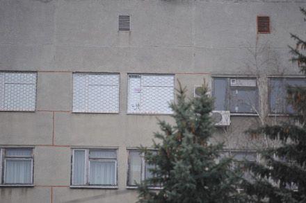 Юлія Тимошенко з вікна своєї палати помахом руки, у якій аркуш паперу з намальованим червоним серцем, відповідає на привітання своїх прихильників