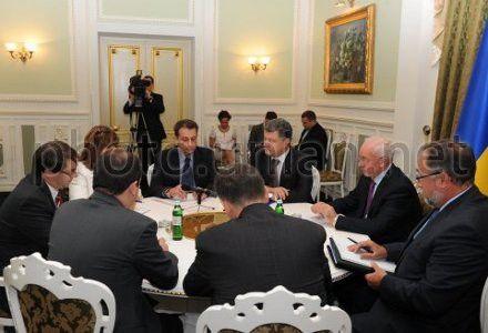 Руководитель миссии Европейского департамента МВФ Кристофер Джарвис (слева) и премьер-министр Украины Николай Азаров во время встречи в Киеве 18 сентября.
