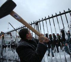 Прихильник ВО «Свобода» ламає огорожу біля будівлі ВР. Київ, 12 грудня