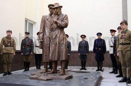 Памятник героям-сыщикам возле здания МВД открыт в 2009 г. к 90-летию уголовного розыска