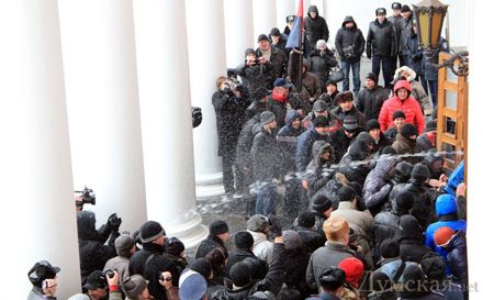 Охрана здания мэрии пытается применять огнетушители и воду из гидрантов / Фото Dumskaya.net/