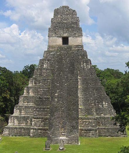 Храм Тикаль. / Фото: Raymond Ostertag из Википедии