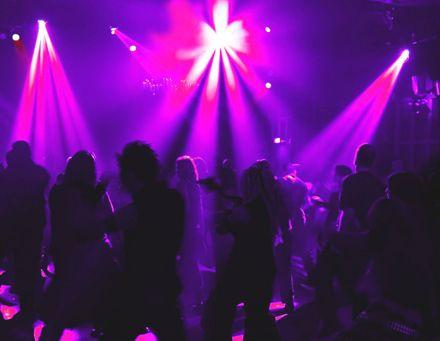 Дети до 16 не смогут посещать ночью клубы и кафе одни