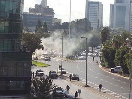 По словам очевидцев, с автомобилем поравнялся мотоциклист и прикрепил к нему взрывное устройство / Фото: @ dvirsky